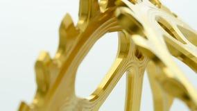 Chainring Gang des goldenen ovalen Fahrrades, der am weißen Hintergrund sich dreht stock footage