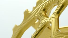 Chainring Gang des goldenen ovalen Fahrrades, der am weißen Hintergrund sich dreht stock video