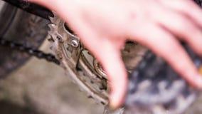 Chainring que engrasa con el cepillo durante la bicicleta metrajes