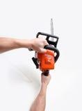 chainsaw вручает человека удерживания Стоковое Фото