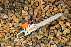Chainsaw och trä Arkivfoto