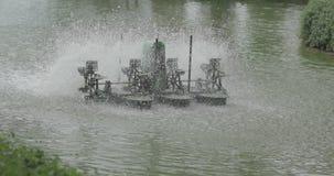 Chaipattana-Turbine, die in das Wasser spinnt, um Blasen im Wasser hinzuzufügen stock video