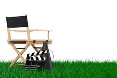 Chair主任,电影拍板和扩音机在草 3D rende 免版税库存图片
