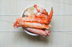 Chair de crabe dans une tasse sur la vue supérieure de backgrond en bois - crabe rouge Hokkaido image libre de droits