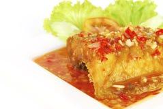 Chair de poissons cuite à la friteuse avec de la sauce chili douce et aigre photos libres de droits