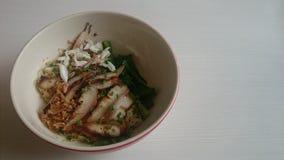 Chair grillée de cou et de crabe de porc sur la nouille d'oeufs Photographie stock