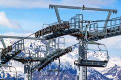 chairlift ιταλική Ιταλία Τορίνο ορών Ανελκυστήρας εδρών στα χιονώδη βουνά στη συμπαθητική ηλιόλουστη ημέρα Στοκ εικόνα με δικαίωμα ελεύθερης χρήσης