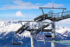 chairlift ιταλική Ιταλία Τορίνο ορών Ανελκυστήρας εδρών στα χιονώδη βουνά στη συμπαθητική ηλιόλουστη ημέρα Στοκ φωτογραφία με δικαίωμα ελεύθερης χρήσης