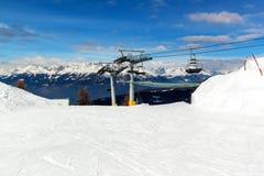 chairlift ιταλική Ιταλία Τορίνο ορών Ανελκυστήρας εδρών στα χιονώδη βουνά στη συμπαθητική ηλιόλουστη ημέρα Στοκ Εικόνα
