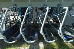 Chairlift καθίσματα σε μια σειρά Στοκ Εικόνες
