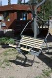 Chairlift στο καλοκαίρι με το θάλαμο εισιτηρίων στο υπόβαθρο στοκ εικόνα με δικαίωμα ελεύθερης χρήσης