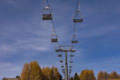 Chairlift bez ludzi Wagon kolei linowej na niebieskim niebie w dolomitach Fotografia Royalty Free