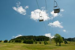 Chairlift i bergen royaltyfria bilder