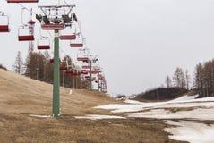 Chairlift i sprin narty wzgórze Obrazy Royalty Free