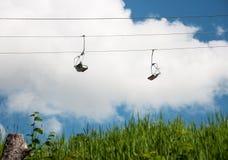 Chairlift mot den molniga himlen arkivfoto