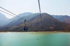 Chairlifts επάνω από το νερό στοκ φωτογραφίες