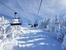 Chairlifts και ίχνη στο χιονοδρομικό κέντρο στοκ εικόνες με δικαίωμα ελεύθερης χρήσης
