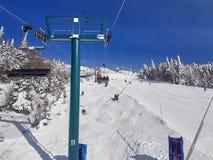 Chairlifts και ίχνη στο χιονοδρομικό κέντρο στοκ φωτογραφία με δικαίωμα ελεύθερης χρήσης