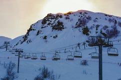 Chairlifts και ηλιοβασίλεμα πέρα από το χιονοδρομικό κέντρο piau-Engaly, Πυρηναία, Γαλλία στοκ εικόνες με δικαίωμα ελεύθερης χρήσης