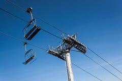 Chairlifts σε ένα μπλε σαφές σκι κατά τη διάρκεια μια φωτεινή ημέρα στοκ φωτογραφίες