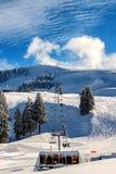 Chairlifts σκι βουνά Semnoz, Γαλλία στοκ εικόνα