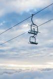 Chairlifts στα σύννεφα στη EL Κολοράντο στοκ εικόνες