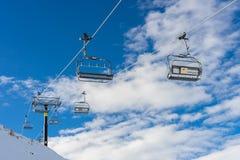 Chairlifts στο μέγιστο τομέα σκι στεμμάτων στοκ φωτογραφία