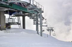 Chairlifts στο χιονώδες βουνό στοκ εικόνα με δικαίωμα ελεύθερης χρήσης