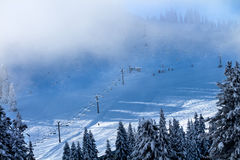 Σχολείο σκι Chairlifts ομίχλης Snoqualme στο πέρασμα Ουάσιγκτον στοκ εικόνες με δικαίωμα ελεύθερης χρήσης