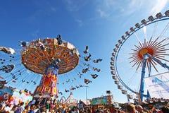 Chairoplane och stora rullar på Oktoberfest Royaltyfri Fotografi