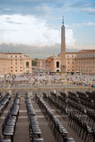 Chairs at St Peter square with obelisk - Vaticano Stock Images