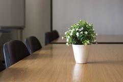 chairs tabellen för konferensmötelokal Arkivfoto