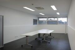 chairs tabellen för konferensmötelokal Arbetsrum med en sikt Arkivfoto