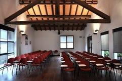 chairs tom lokal för konferensen Royaltyfria Bilder