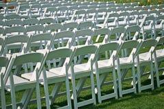 chairs väntande white för händelsepark Royaltyfri Bild