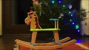 Chaise à cheval à bascule mignonne - bon cadeau de Noël ou de Nouvel An pour le bébé du Père Noël ou de ses parents banque de vidéos