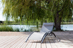 Chaise à la piscine Photo stock