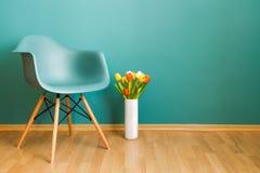 Chaise élégante et tulipes jaunes dans un vase photos libres de droits