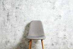 Chaise élevée de style avec personne s'asseyant là-dessus Sièges disponibles image libre de droits