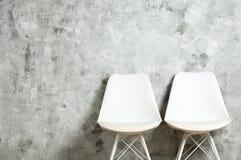 Chaise élevée de style avec personne s'asseyant là-dessus Sièges disponibles photographie stock