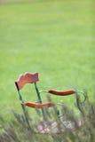 Chaise abandonnée dans le jardin Image libre de droits