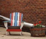 Chaise americana étrange dans l'allée avec l'immeuble de brique Photographie stock
