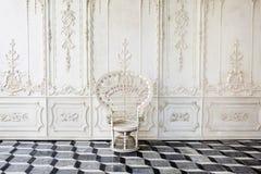 Chaise antique avec le beau mur Photographie stock