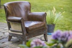 Chaise avec des fleurs sur la pelouse Photo stock