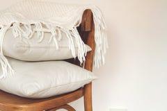 Chaise avec des oreillers Photographie stock libre de droits