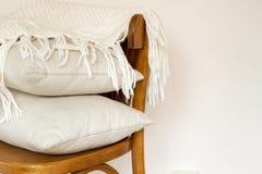 Chaise avec des oreillers Images stock