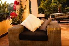 Chaise avec l'oreiller sur une terrasse Photographie stock libre de droits