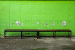 Chaise avec la couleur de mur au début de image libre de droits