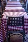 Chaise avec la rangée des tables d'un restaurant, Bologna Italie images stock