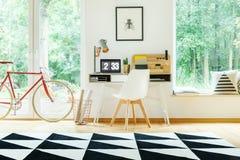 Chaise blanche au bureau Photographie stock libre de droits